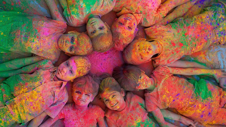 Des enfants célébrant la fête des couleurs