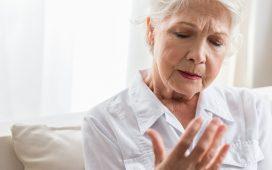 Une femme vieille regarde sa main