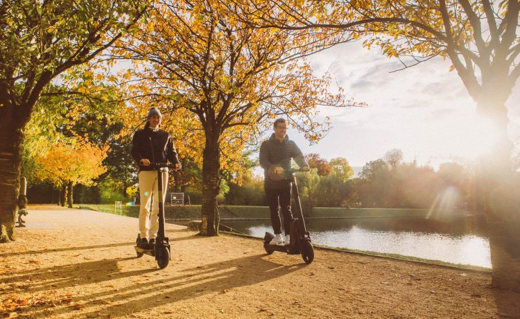 Un couple en balade en trottinette électrique